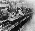 Ford_assembly_line_-_1913
