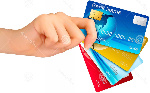 mano-que-sostiene-tarjetas-de-crédito-38450517