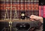 52274690-imagen-recortada-de-juez-de-sexo-masculino-golpear-el-martillo-en-el-escritorio-contra-la-estantería-Foto-de-archivo