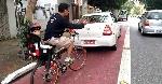 taxi-parado-sobre-ciclofaixa-artur-de-azevedo-ciclista-crianca-cadeirinha-fb-h-Foto-Clicados-na-Ciclovia