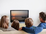 133368-enlace-familia-viendo-television