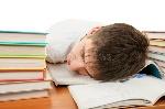 sueño-cansado-del-estudiante-51451282