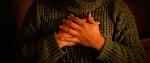 manos-pecho2-940x400